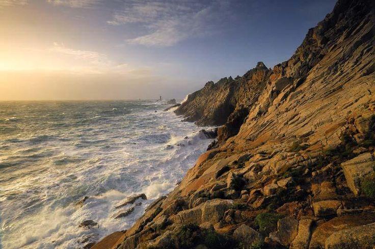 """La pointe du Raz - """"Pointe la plus à l'ouest de la France, la Pointe du Raz est un lieu d'exception qui attire de très nombreux visiteurs toute l'année. Entre rochers abrupts et mer d'émeraude, le panorama sur le large permet d'admirer l'île de Sein et par temps clair le phare d'Ar Men. Un point de vue emblématique."""""""
