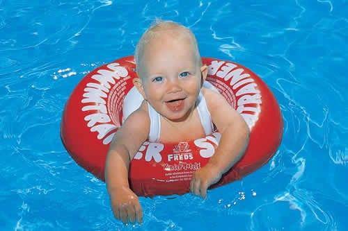 De swimtrainer baby classic is ideaal om je kind te leren zwemmen. De baby zwemband is voorzien van een tuigje.
