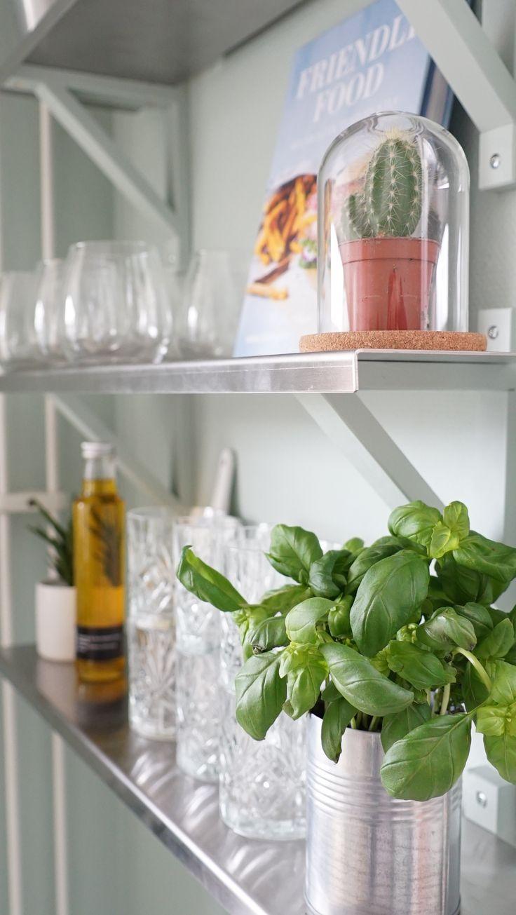 Gör favoritglasen lättillgängliga genom att sätta upp öppna hyllplan i köket. Blanda upp med andra snygga detaljer så får köket en industriell känsla. Äntligen Hemma