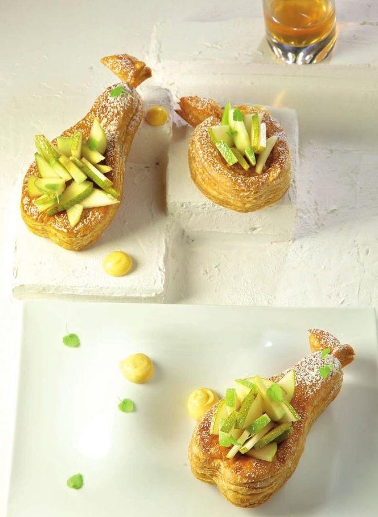 Bereiden: Draai van de marsepein kleine appeltjes en peertjes en versier met een blaadje munt. Neem twee stukken bakpapier. Leg op elke stuk papier een vel bladerdeeg. Leg op elk vel bladerdeeg een sjabloon en snijd de vorm uit.