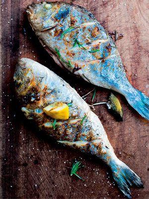 Dorade er en skøn fisk, som egner sig godt til grillen - her er fiskene fyldt med citron og rosmarin.