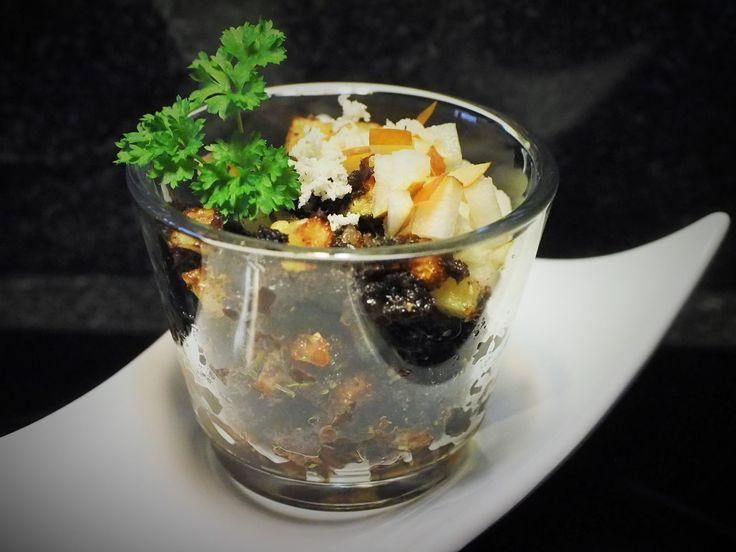 Blunzngröstl mit karamelisierter Birne im Glas serviert