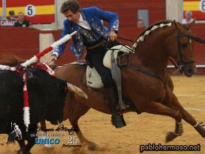 Hermoso de Mendoza rompió una racha de la que hubiera sido su sexta puerta grande consecutiva en Almería, pero la demora en doblar sus toros en la suerte suprema fue fundamental para no obtener los trofeos necesarios. http://bit.ly/1ljfo8i
