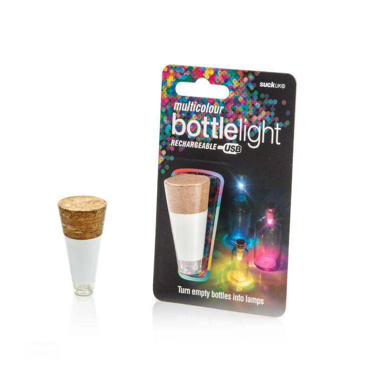 Geef lege flessen een tweede leven met de Suck UK Bottle Light! Dit lichtje maakt van elke fles een feestelijke lichtbron door zijn zeven kleuren licht. Kies een kleur, plaats de Bottle Light op de fles en geef hem een mooi plekje in huis of in de tuin.