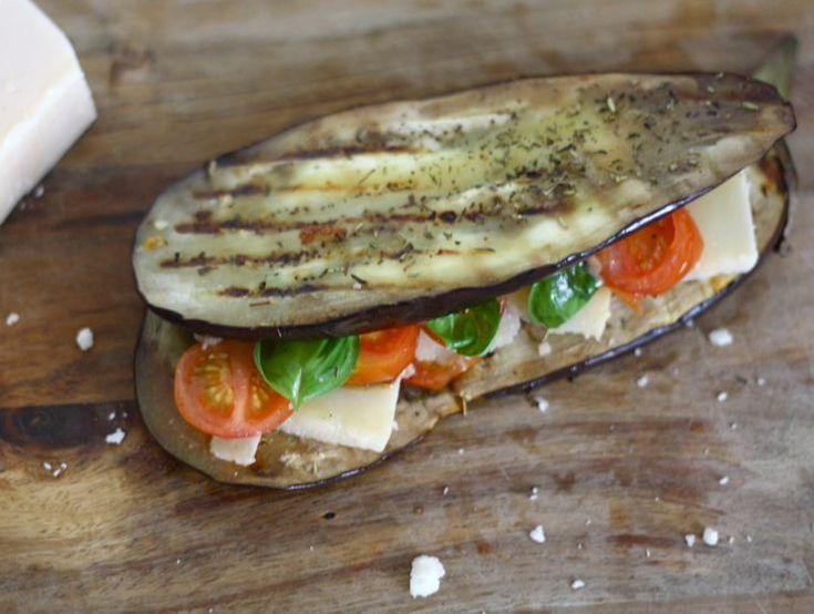 Italiaanse aubergine-sandwich, super simpel en snel om te maken. Een healthy lunch met weinig koolhydraten. #lunch #recept #chickslovefood