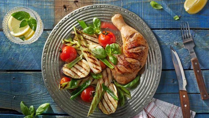Marinované kuřecí čtvrtky se salátem z grilované zeleniny
