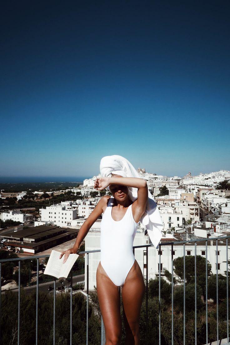 Swimsuit from Chiquelle Swimwear (here) Såhär såg min eftermiddag ut idag. Låg och läste i en deckare som heter Ole Dole, sjukt bra. Jag har just nu ett samarbete med Chiquelle där jag testat lite av deras swimwear-nyheter. Älskade deras förra kollektion (typ dom enda bikinis jag bär) så kände