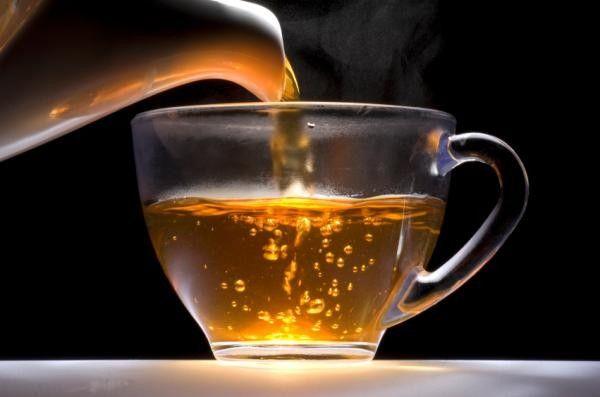 Hagyományos hagymatea recept:  Piríts meg (karamellizálj) enyhén egy kis barna cukrot (2 evőkanál), önts fel fél liter vízzel, majd dobáld bele 2...