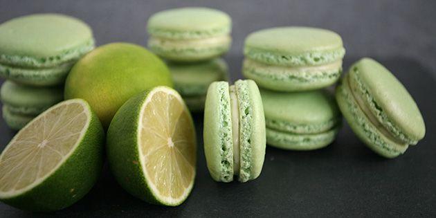 Mega lækre macarons fyldt med en skøn creme med lime og hvid chokolade, som giver et dejligt syrligt modspil til de søde kager.