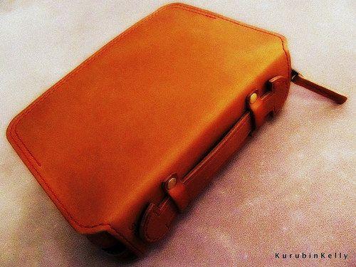 キャメル色の聖書カバーに、赤いステッチ