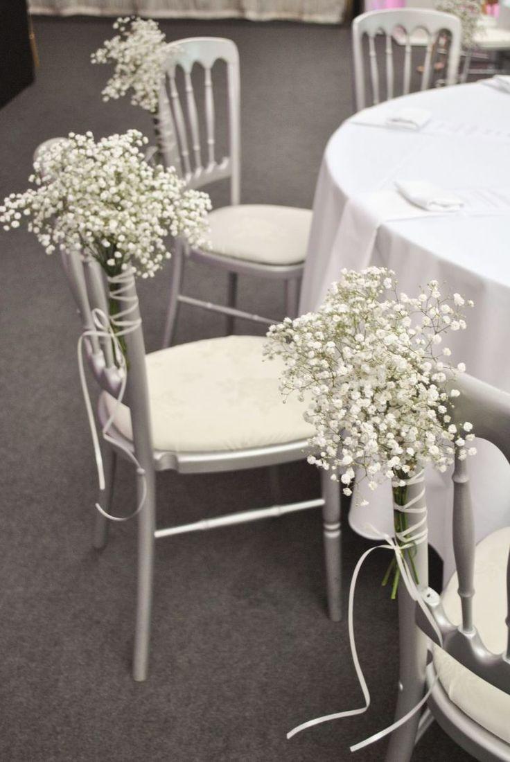 de petits bouquets de gypsophiles blanches ornent les chaises de mariage