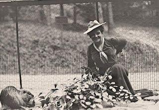 Cuando, a los 50 años, Harriet Chalmers Adams quiso ingresar en la Sociedad Geográfica Nacional se encontró las puertas cerradas por ser mujer y decidió fundar la Sociedad de Mujeres Geógrafas.