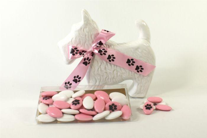 Statue chien fox-terrier design blanc brillant accompagnée de ses 30 dragées personnalisées. Article vendu complet, prêt à être posé sur la table.