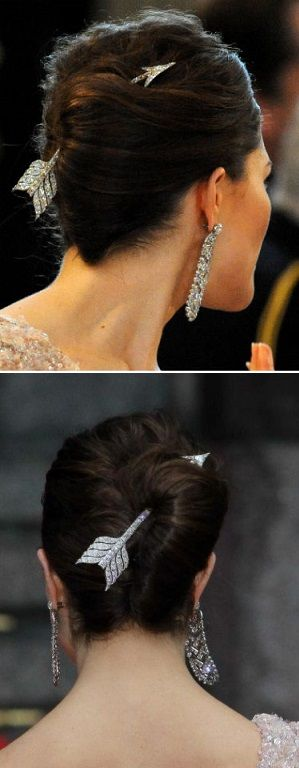 Crown Princess Victoria wore a diamond arrow as a hair ornament at her pre wedding dinner 2010. Queen Silvia has also worn this item. The first photo is Princess Sibylla wearing it.