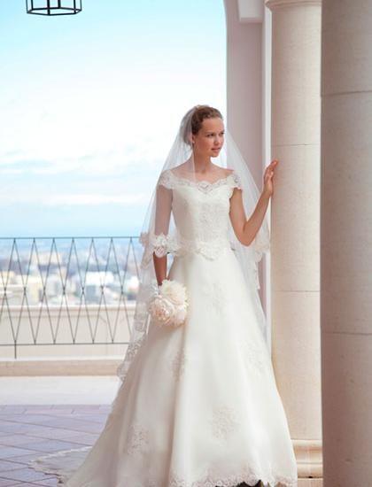 デコルテラインを際立て、最高級シルクの素材が一段と映えるシンプルなAラインドレス♪ ♡クラシカルな花嫁衣装ウェディングドレスまとめ参考一覧♡