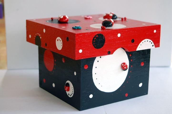 Caja mariquitas, porcelana fria y pintada a mano. Scatola cucinelle, porcelana fría e dipinta a mano.