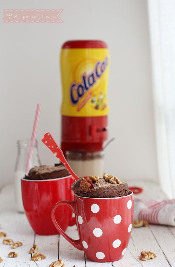 Aprende a hacer un Mug Cake de Cola Cao o bizcocho en taza al microondas ¡en 5 minutos! Los mugcakes son la mejor forma de preparar un bizcocho en minutos.