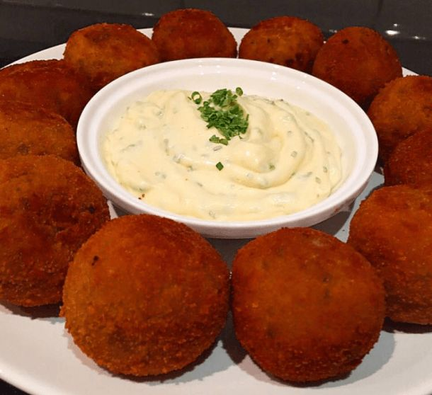 Recept voor lekkere krokante en gekruide visballetjes. Als eerste kook je de aardappels gaar met wat zout. Dan doe je ze in kom en pureer je ze fijn. Laat de aardappelpuree dan afkoelen. Bak je koolvis gaar in een koekenpan met wat olijfolie, peper en zout. Prak met een vork de koolvis