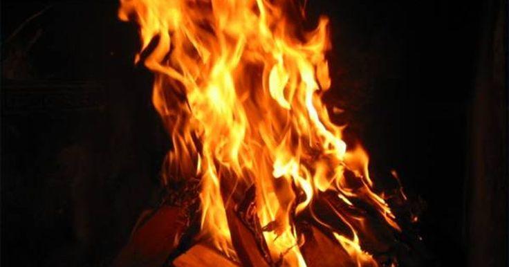 Como funciona um aquecedor exterior a lenha. Há muitas marcas de aquecedores a lenha. A forma de cada um varia ligeiramente, mas todos operam de forma similar. Seu forno é projetado para queimar especificamente madeira, ventilar a fumaça e circular a água quente para sua casa. A maioria desses aquecedores são fechados em estruturas que parecem com pequenos abrigos. A unidade que queima a ...