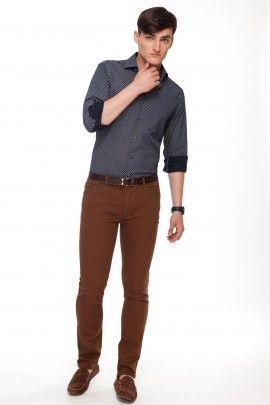SPODNIE KOLMAN  Sportowe spodnie w koniakowym kolorze o kroju Slim Fit, doskonale prezentujące się na sylwetce. Wykonane z bawełny z dodatkiem elastanu, co zabezpiecza je przed odkształcaniem. Bardzo wygodne i komfortowe w użytkowaniu. Przeznaczone dla mężczyzn interesujacych się modą, którzy pragną ubiorem podkreślić swoją indywidualność.  Idealnie komponują się z bawełnianymi marynarkami, t-shirtami oraz koszulami.