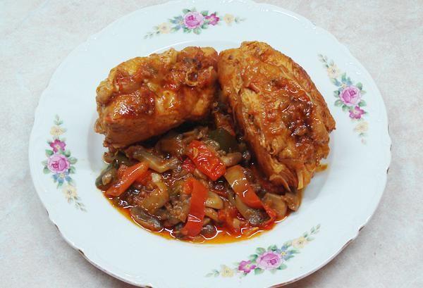 Κοτόπουλο με μανιτάρια (κατσαρόλας). Εύκολο και γευστικό κοτόπουλο με μανιτάρια και πιπεριές στην κατσαρόλα.