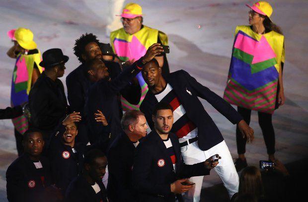 Olympia 2016: Mitglieder des US-amerikanischen Teams halten den Abend mit der Kamera fest.