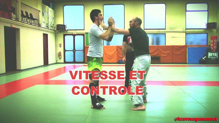 David Masset, montre comment travailler sa vitesse et son contrôle au cours d'une séance de coaching individuel de self défense. ( Éducatif pour le krav maga, penchak silat...)  Retrouvez-nous sur les médias sociaux: Facebook: @KRAVMAGAMASSET Twitter : https://twitter.com/KRAVMAGAMASSET Le site : http://www.kravmaga-st-go.com/ Instagram : https://www.instagram.com/KRAVMAGAMAS... http://kravmaga.skyrock.com/ SELF DEFENSE STGO - SELFSTGO.  Nos partenaires privilégiés…
