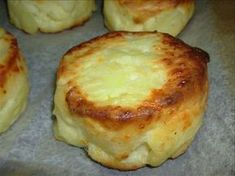 Briosele aperitiv cu cartofi si smantana sunt extraordinat de usor de preparat. Combinatia cartofi, smantana, branza, nucsoara, usturoi, fac din aceste bri