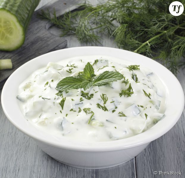 1 concombre 1 cuillère à café rase de sel fin 4 yaourts à la grecque 1 gousse d'ail 1 cuillère à soupe d'huile d'olive 1 cuillère à café de vinaigre 1 botte de ciboulette ciselée 5 feuilles de menthe ciselée
