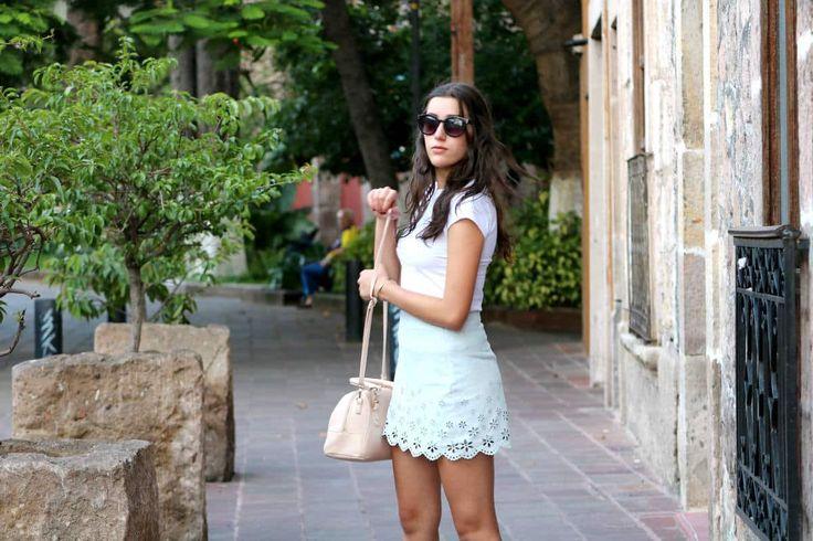 OUTFIT COLORES PASTELES El otro día decidí ir a caminar por el centro de mi ciudad, con este outfit super chic. Para esta época me encanta utilizar colores pasteles, por lo que decidí hacer un outfit con una falda azul claro con flores como detalle que le dan un toque muy bonito. En la parte …