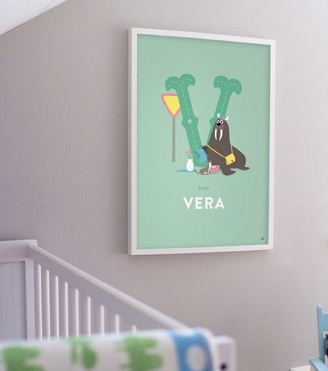 Bokstaven V som i Vikingvalross, Vessla, Vattenmelon, Vas och Vattenkanna och som i Vera!   #barnrum #barnrumsinspo #kidsperation #namntavla #doppresent #finabarnsaker #bar....