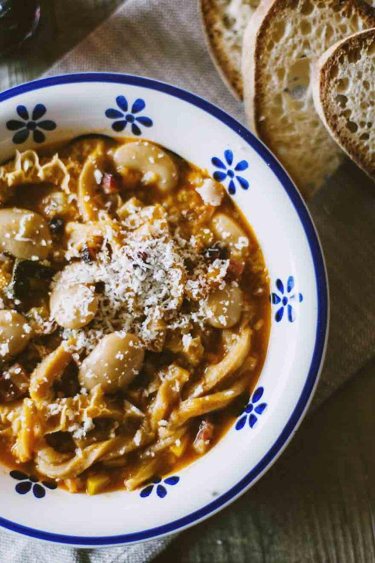 Trippa alla milanese servita calda, con croccanti crostini di pane