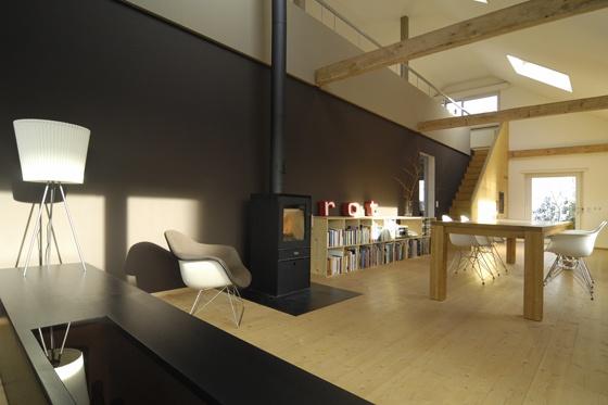 umbau 30er jahre haus der atelierraum ist eine zweigeschossige loft von nijo architekten. Black Bedroom Furniture Sets. Home Design Ideas