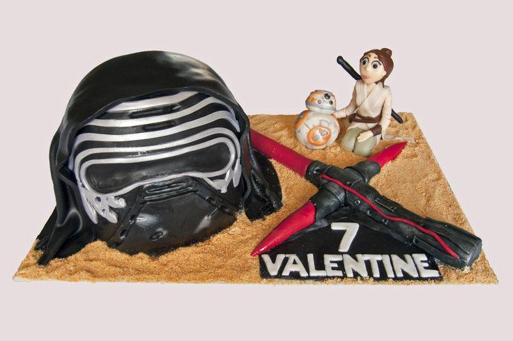 Star Wars The Force Awakens Kylo Ren Rey BB8 light saber cake. Gâteau Star Wars l'éveil de la force Kylo Ren Rey BB8 sabre laser.