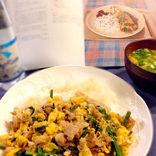 weekend home cooking、実家にて。 ごま油で炒めると、香ばしい^_^ 酒とみりんでコクも出て、旨し! 昆布と鰹節で採ったダシの味噌汁もイイね(^^) - 30件のもぐもぐ - 豚たまニラ炒め by hiroakihosvul