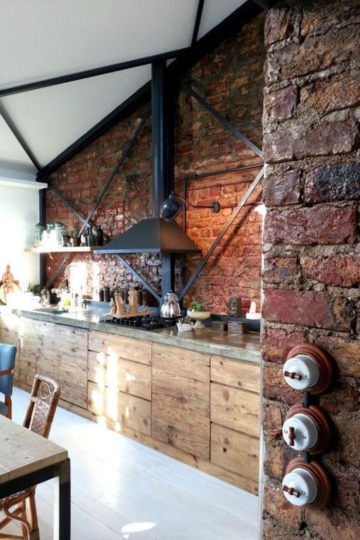comptoir en bois recyclé, mur en briques rouges et grand plan de travail en bois brut