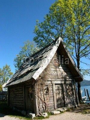 Nachgebaute Wikingerhütte im Wikingerdorf am Walchensee in der Gemeinde Kochel am See in Oberbayern