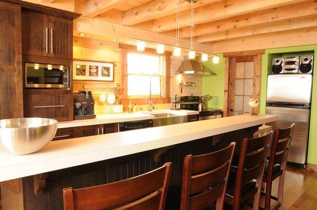 L'îlot et les armoires de la cuisine ont été réalisés en merisier teint. Le tout est harmonisé avec un comptoir en stratifié. - See more at: http://www.armoiressimard.com/galerie/cuisine-rustique-001/#sthash.UkhtGbUX.dpuf