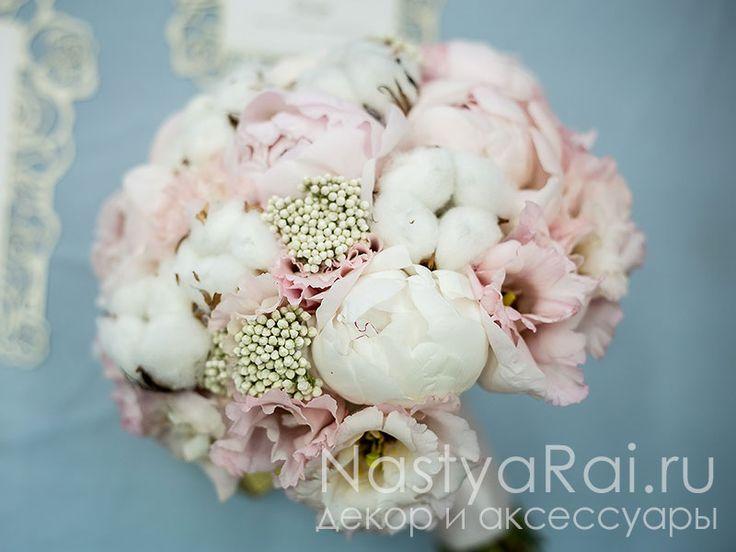 Букет невесты из розовых пионов с хлопком
