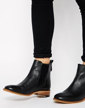 Very chic and current. These pair are pretty versatile....  Ampliar Botas Bertie Palacio Chelsea Piso