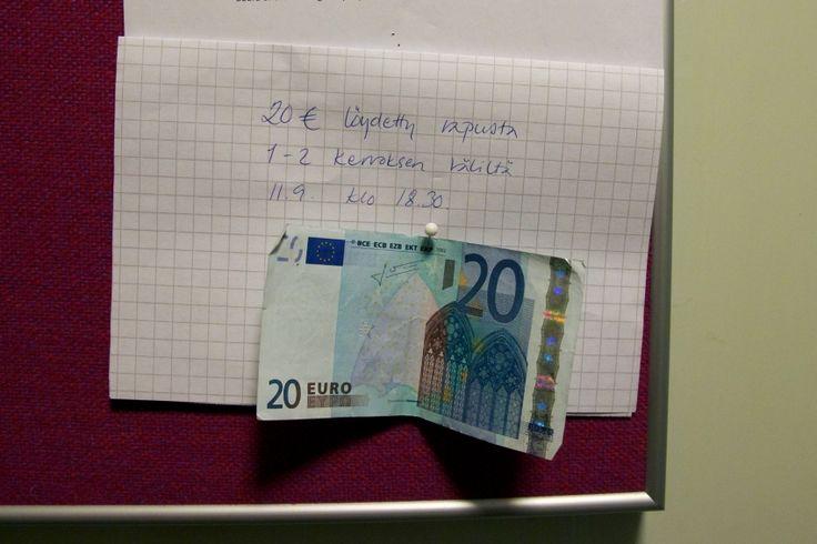 Хельсинки. Наши дни. Обычный жилой дом. Обычное объявление: «20 евро. Найдены в подъезде между 1 и 2 этажом 11 сентября в 18.30».