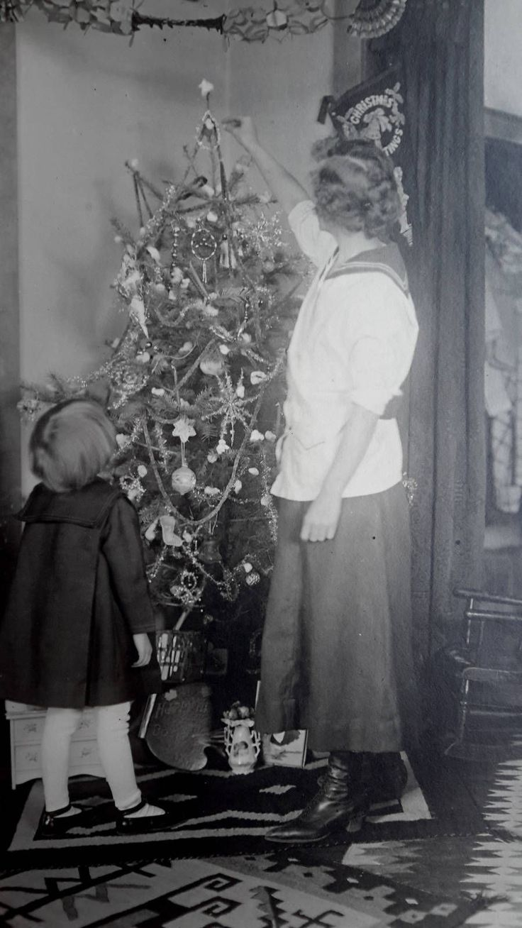 Vintage christmas trees and putzes 1910 - Vintage 1918 Christmas Photo Little Girl Decorating Tree With Her Mother Toys