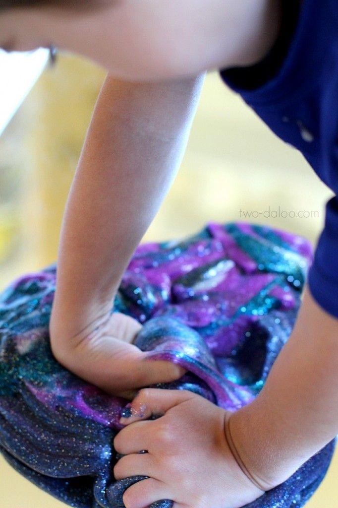 Fabriquez vous-mêmes cette incroyable glue galactique avec les enfants! - Bricolages - Des bricolages géniaux à réaliser avec vos enfants - Trucs et Bricolages - Fallait y penser !