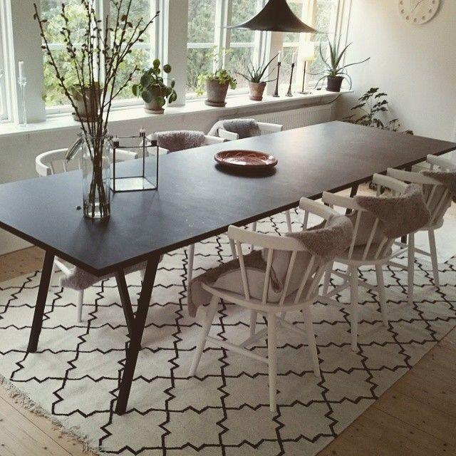 Bygg ett eget köksbord!! Ben från Hay. Ytbehandling: Osmo. Matta och stolar från Ilva. Ljusstake från House doctor. #köksbord #matbord #hay #osmo #inredning #byggsjälv #ilva #housedoctor #svartbord #auktionsbossanova