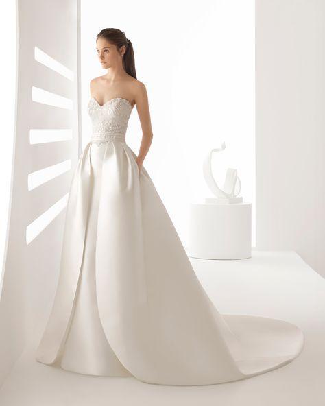 Vestido de novia estilo clásico en mikado y pedrería, con escote corazón y sobrefalda extraible. Colección 2018 Rosa Clará.