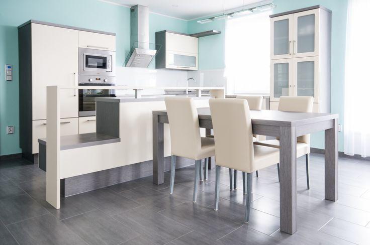 Do posledního detailu vyladěná kuchyň zapadá do celkového konceptu interiéru novostavby. Několik zajímavých designových prvků kuchyň odlehčuje a odlišuje od běžných sektorů.