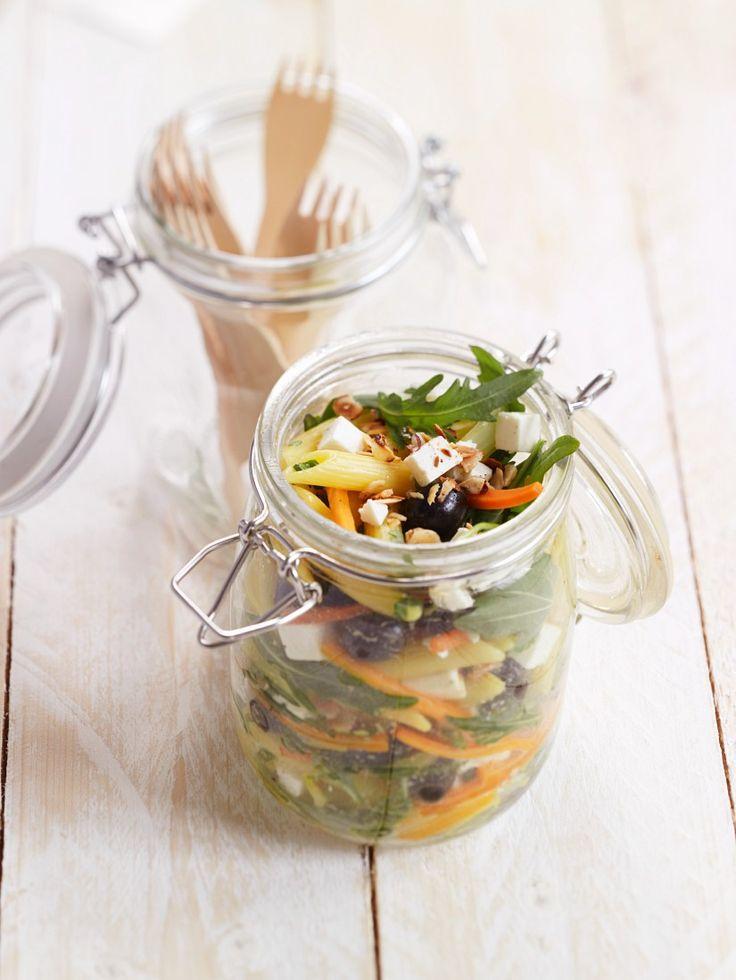 Perfekt für die Mittagspause: Nudelsalat mit Käse | http://eatsmarter.de/rezepte/nudelsalat-mit-kaese-1
