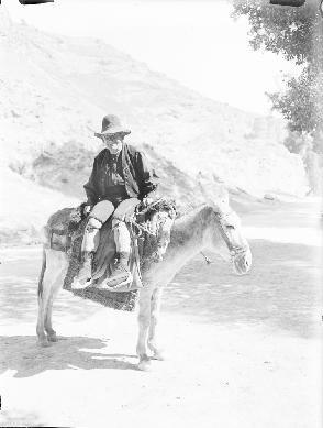 Cuenca. Agricultor tipo [con Traje de Gañán] montado en burro.Wunderlich, Otto (1886-1975). Archivo: WUNDERLICH. Cortesía: CC BY-NC-ND Instituto del Patrimonio Cultural de España, Ministerio de Educación, Cultura y Deporte de España.