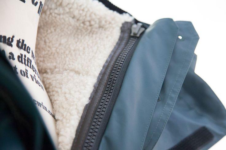 Il capo è un mix di materiali, lavorazioni e tecniche diverse. Un parka con esterno in tela cerata, interno staccabile in flanella e nylon con imbottitura in piuma ed inserti in montone, cappuccio staccabile, grondaia interna per la coulisse, paravento.  Parka in tela cerata con interni in montone #Parka #Pespow #Jacket