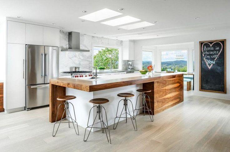 îlot de cuisine moderne en bois massif, tabourets de bar de style industriel, sole n parquet massif et tableau noir